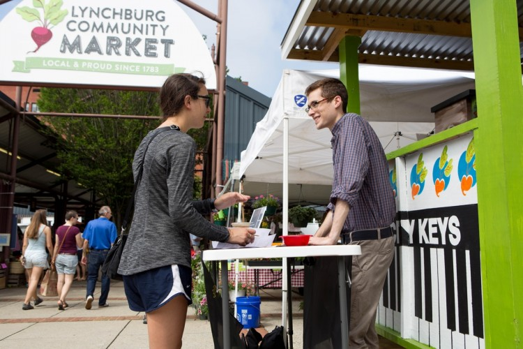 Harrison Pippin '18 talks to a patron of the Lynchburg Community Market.