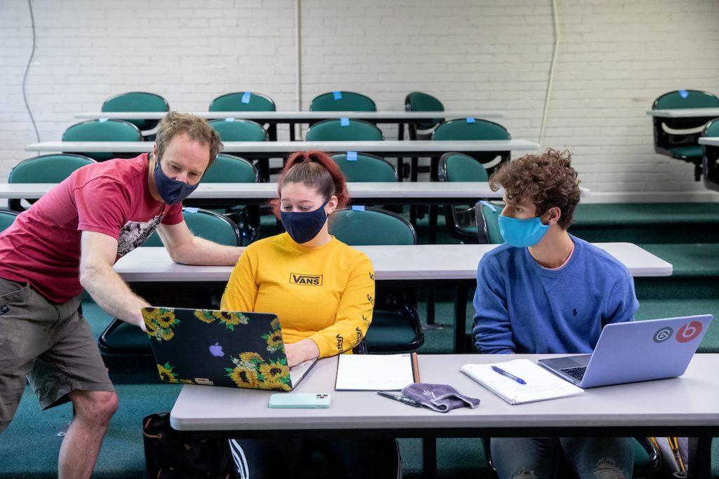 Summer Research students work professor.